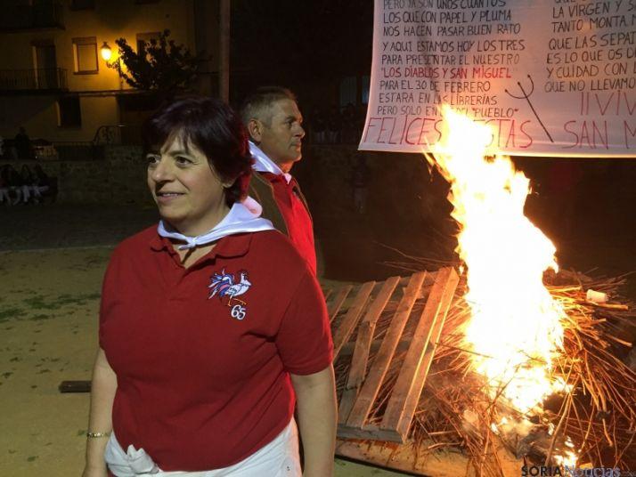 Los quintos del 65, protagonistas en la quema de los 'diablillos'. / SN