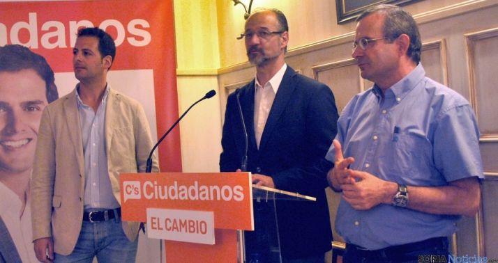 Luis Fuentes, flanqueado por Ciria (izda.) y por De Lózar el pasaado mayo./ SN