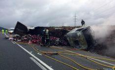 Los bomberos en las labores de extinción del fuego./ BÓ