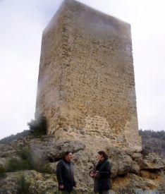 Heredia y Peregrina ante la torre recuperada.