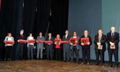 Homenajeados y autoridades en la celebración.