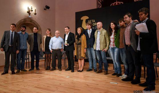Foto de familia en el Aula Magna este martes tras la entrega del galardón./SN