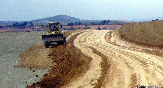 Una máquina en las labores de recuperación de los caminos. / Subdeleg.
