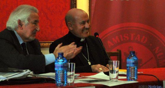 El arzobispo, en el centro, con Núñez Encabo. / SN