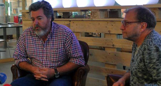 López de Uralde, (dcha.) con Ortega este jueves en El Hueco. / SN