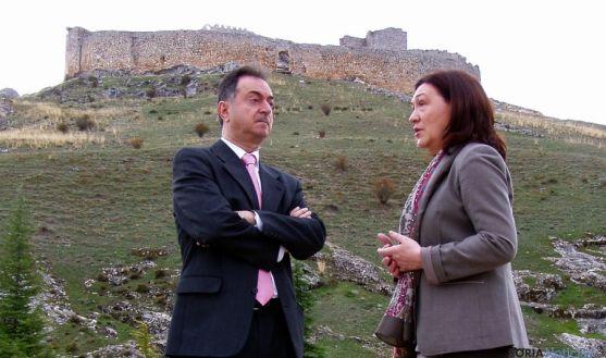 La subdelegada con el alcalde burgense ante el castillo oxomense./Subdeleg.