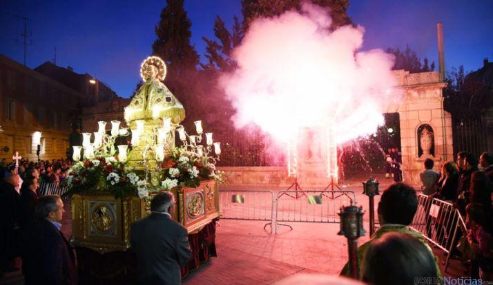 Emocionante momento de la quema de la traca, junto a la imagen de San Saturio