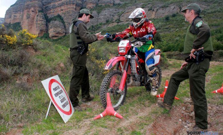 Agentes medioambientales con sus armas en La Rioja. / CSIF