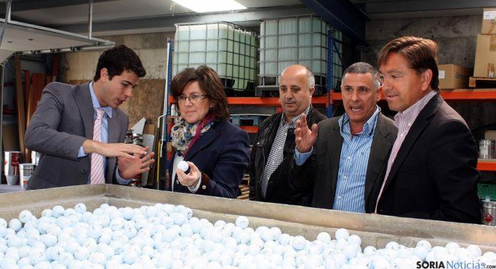 Angulo en una visita a la factoría de Replay en Ólvega.