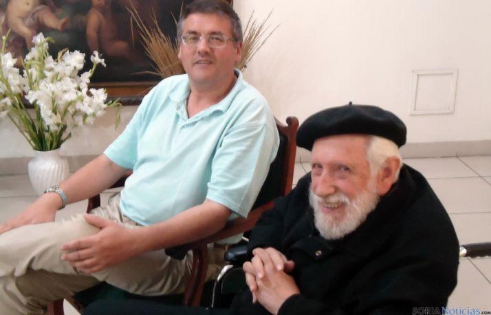El padre Artola (dcha.) con Óscar Álvarez Gila en el centro de Pasionistas de Lima.