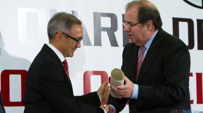 Herrera entrega del premio del Diario de León.