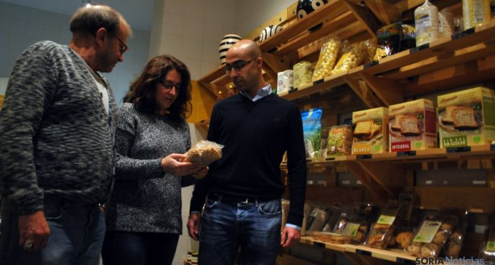 Ortega, (izda.), Rubio y Calvo, en la tienda que Huertos tiene en Eduardo Saavedra./SN