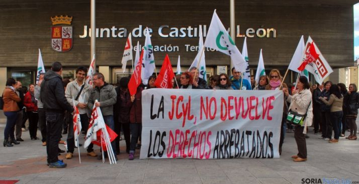 Un momento de la concentración ante el edificio de la Junta. / SN