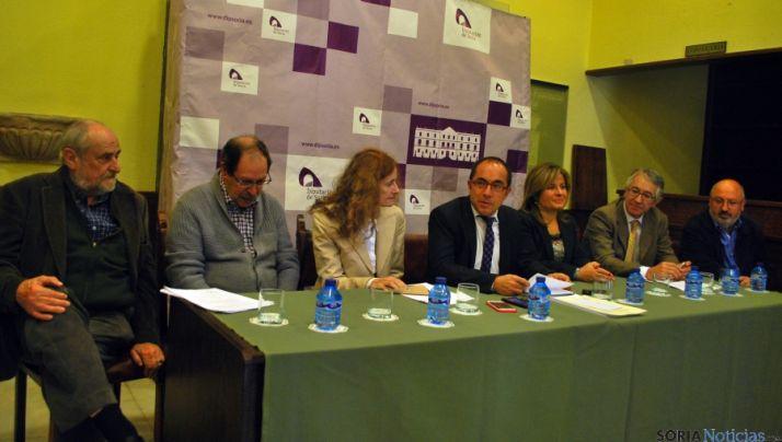 Masoliver (izda.), Villanueva, García, Rey, Pérez, Malpartida y Martínez en el fallo de los premios literarios. / SN