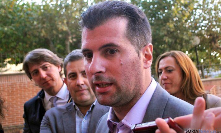 Luis Tudanca, con Mínguez, Antón y Barcones (dcha.) este viernes. / SN