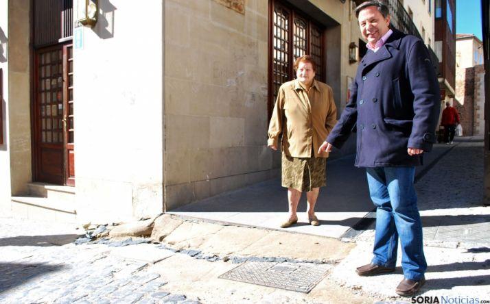 Sainz muestra uno de los rebajes sin concluir en El Vergel. / SN