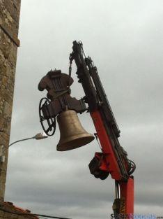 Una de las campanas ascendiendo a la torre.