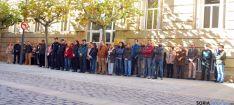 Decenas de personas en el minuto de silencio en la Subdelegación. / SN