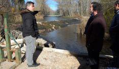 Javier Antón señala el lugar donde se instalará el 'tornillo de Arquímedes'. / Ayto.