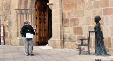 Dos turistas frente a la estatua de Leonor. / SN