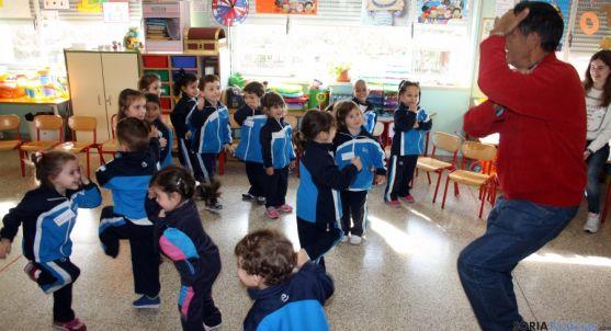 Los niños de Infantil contemplan el baile de uno de los abuelos. / SN
