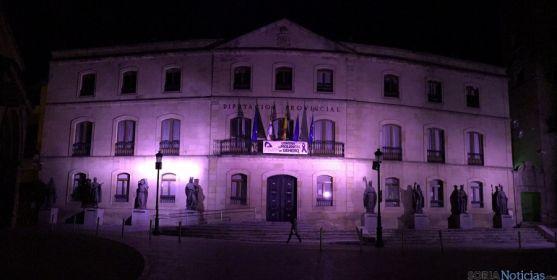 La fachada del Palacio Provincial en la noche de este martes.