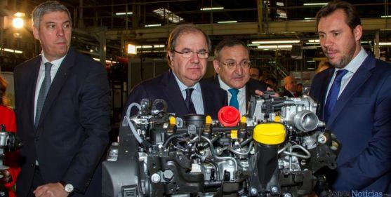 Herrera, (ctro.) en la planta que la marca francesa tiene en Valladolid. / Jta.