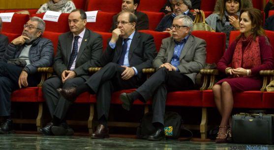 Herrera, (ctro.) este lunes en la Universidad de Valladolid. / Jta.