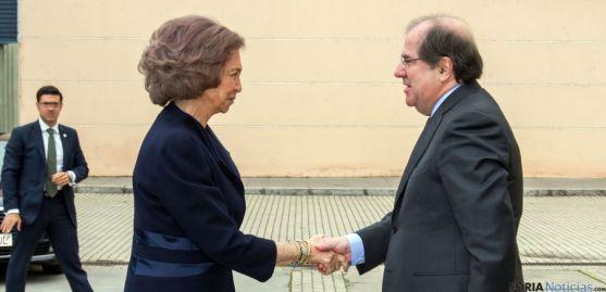 El presidente de la Junta recibe a la Reina Doña Sofía este viernes. / Jta.
