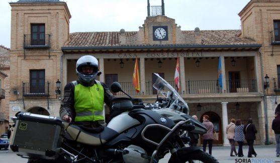 Fernández con su moto en El Burgo.