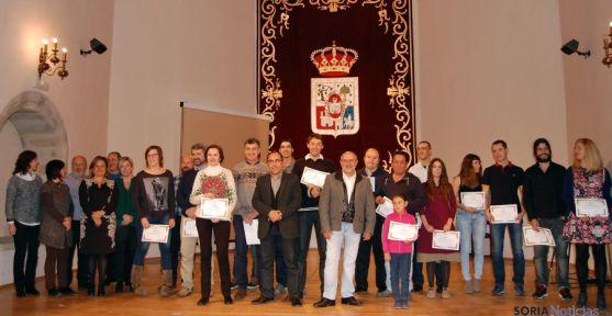 Imagen de familia de los premiados y autoridades este sábado. / Dip.