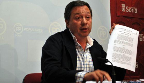 Adolfo Sainz, del PP, con la sentencia publicada en el BOE. / SN
