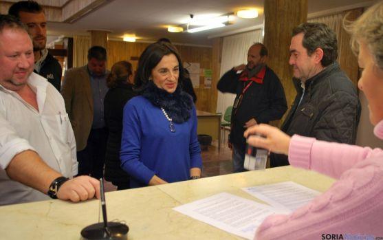 Los empelados municipales presentan su petición en el registro municipal. / SN