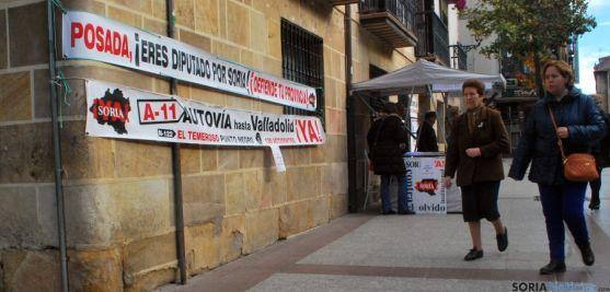 Pancartas revindicativas al lado de una mesa informativa de la Soria Ya. / SN