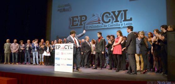 Miembros de EPCYL en la multitudinaria puesta de largo del nuevo periódico. / SN