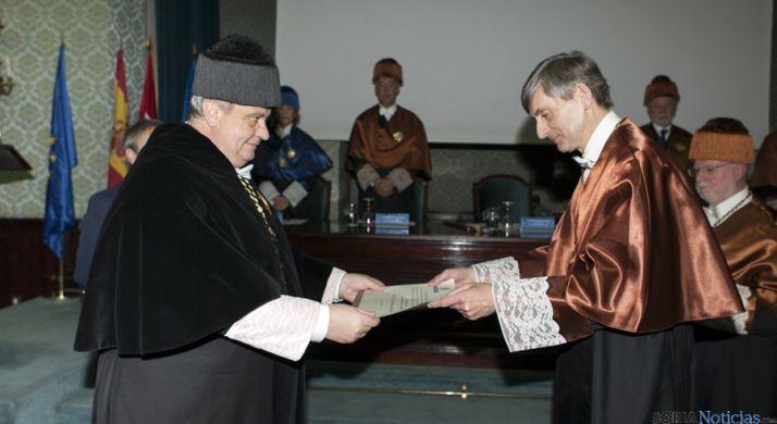 El rector de la UPM, Carlos Conde, otorga el diploma  a Jesús del Álamo. / UPM