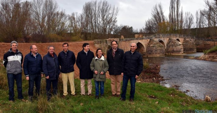Manuel López (2º dcha.) con municipales y técnicos, junto al puente./Jta.