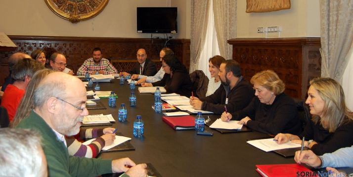 Mesa de negociación en el Palacio Provincial.