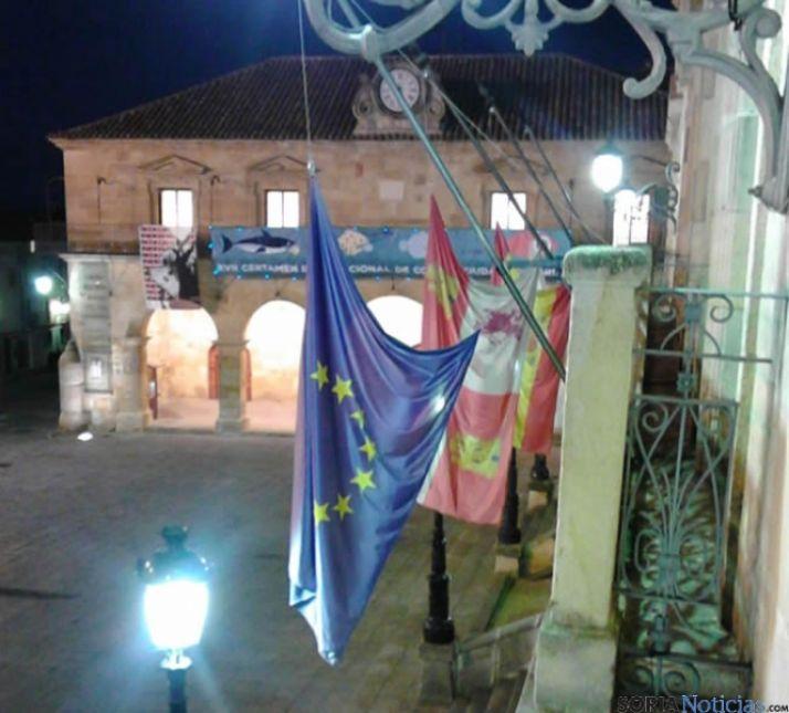 Banderas a media asta en el Ayuntamiento