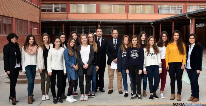 Estudiantes francesas y responsables de educación en el patio del IES. / Jta.