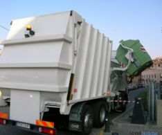 Camión recogiendo residuos