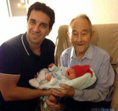 Silvestre, con su nieto y su biznieto./SM