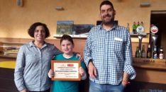 Pablo Villar, con su familia y el diploma de ganador.