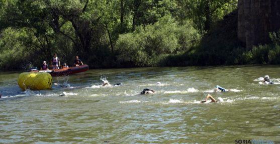 Nadadores en el Duero a su paso por Almazán.