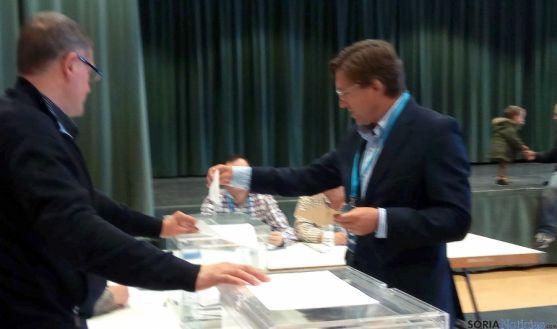 Gerardo Martínez (PP) emitiendo el voto. / SN