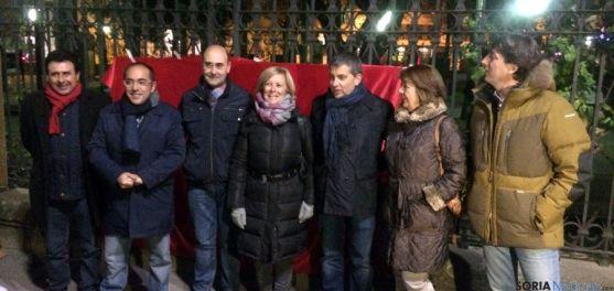 Candidatos y dirigentes del PSOE esta noche en la pegada de carteles.