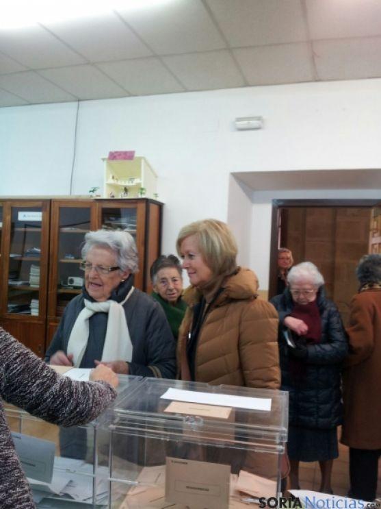 María Irigoyen, votando junto a su madre