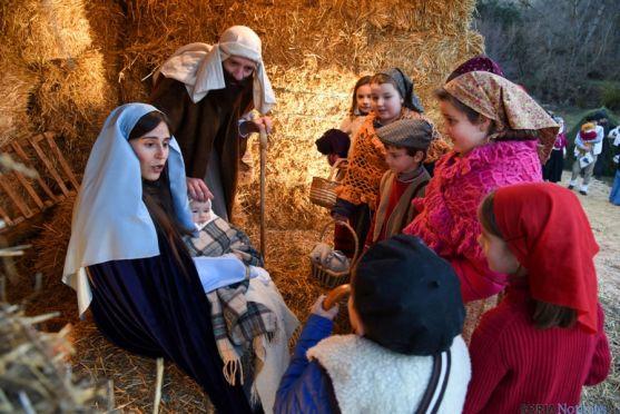 Los chavales de Oncala adoran al Niño Jesús recién nacido