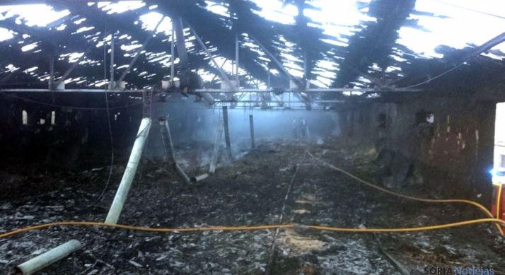 La nave arrasada tras el incendio. / BO