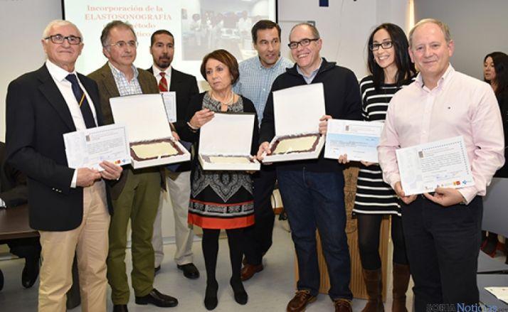 Los galardonados posan con sus diplomas.